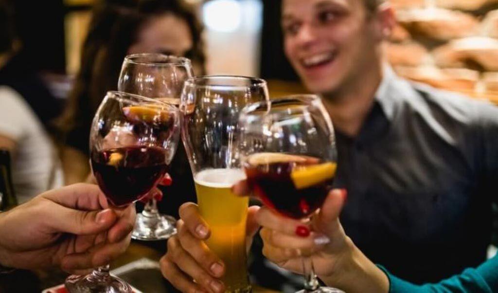 Imagen: Un estudio nuevo afirma que el consumo recurrente de alcohol aumenta el riesgo de FA (Fotografía cortesía de Getty Images).