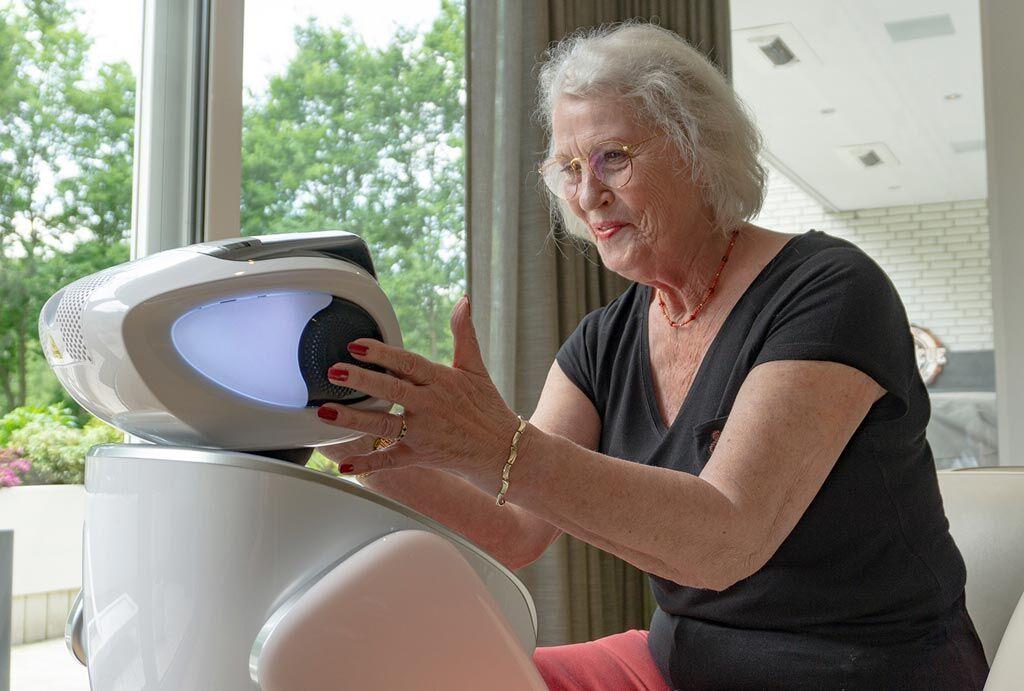 Imagen: Un robot SARA interactuando con un paciente (Fotografía cortesía de Bright Cape).