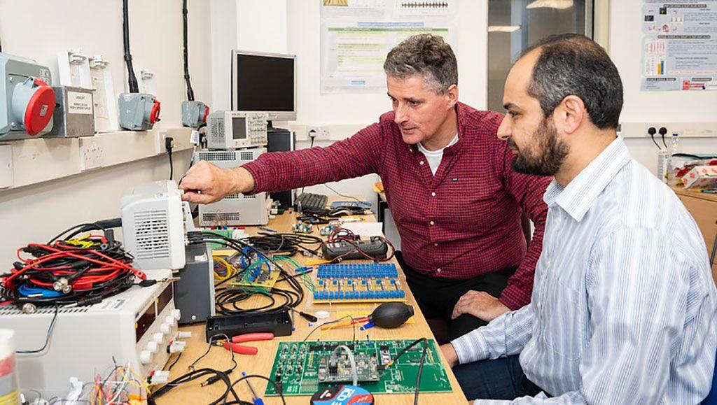 Imagen: El profesor Alain Nogaret (I), quien diseñó el marcapasos que resincroniza la respiración y los ritmos cardíacos (Fotografía cortesía de la Universidad de Bath)