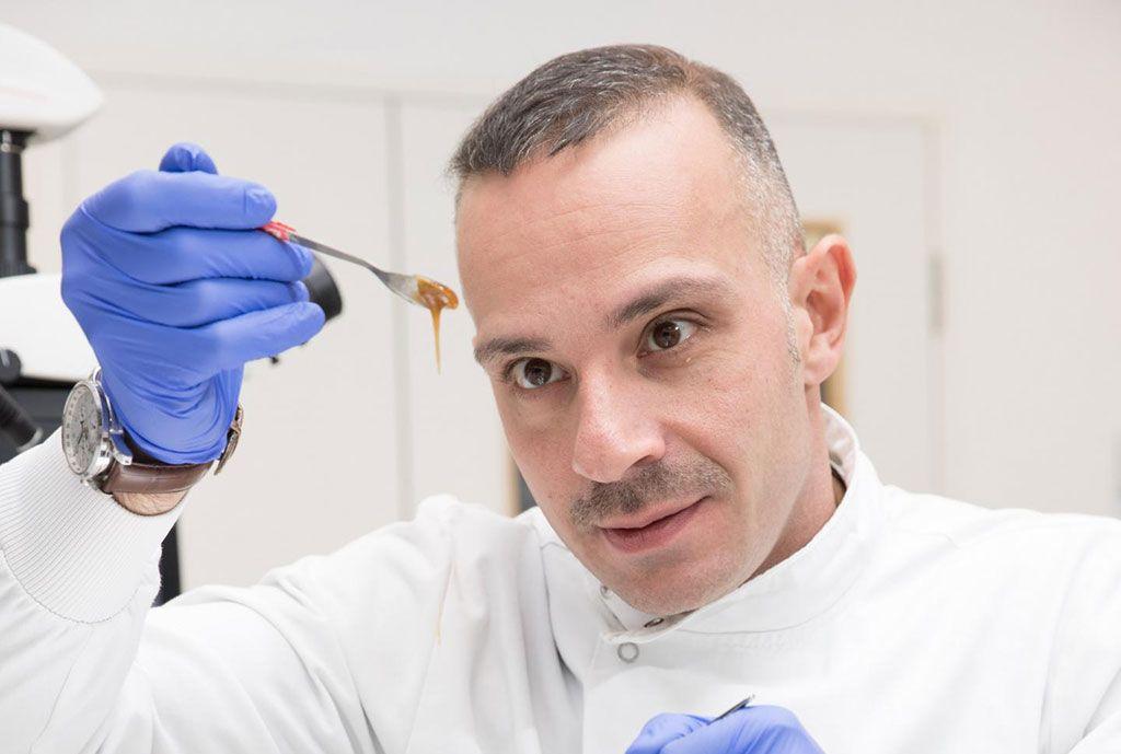 Imagen: El Dr. Piergorgio Gentile y la miel de manuka (Fotografía cortesía de la Universidad de Newcastle)
