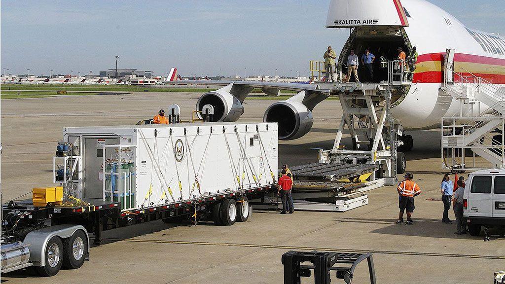 Imagen: El CBCS mientras es cargado en un Kalitta Air 747-400ERF (Fotografía cortesía de Phoenix Air)