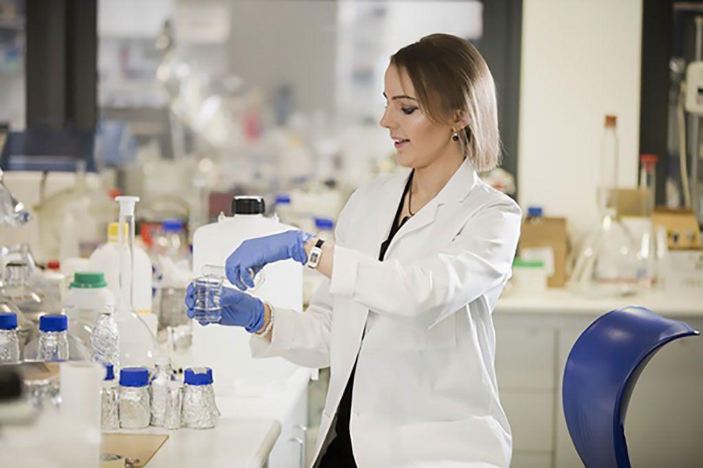 Imagen: La Dra. Nicola Irwin aplicando el recubrimiento a un catéter (Fotografía cortesía de la QUB)