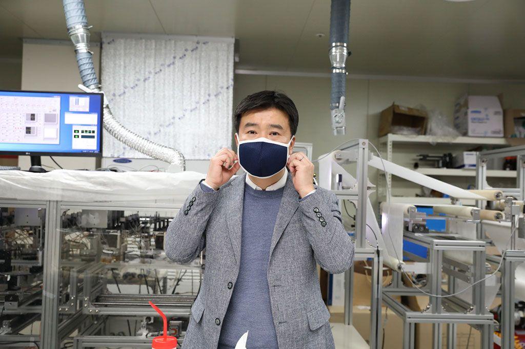 Imagen: El profesor Kim Il-doo demostrando su máscara (Fotografía cortesía de KAIST)
