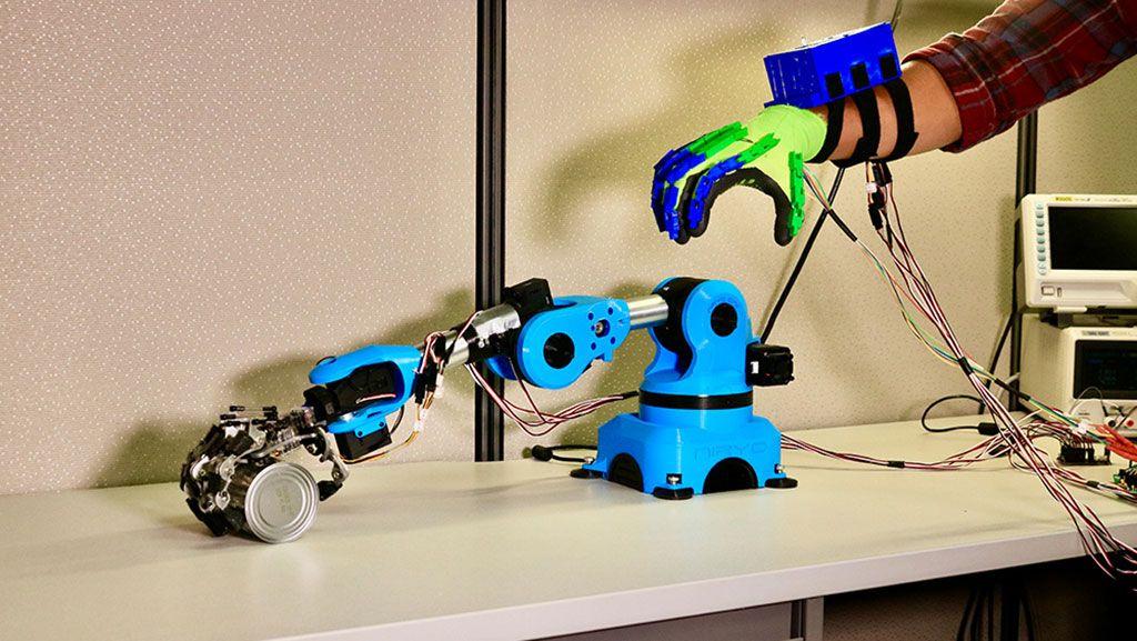 Imagen: Los electrodos de estimulación en los guantes brindan información de distancia (Fotografía cortesía de Hangue Park / TAMU)