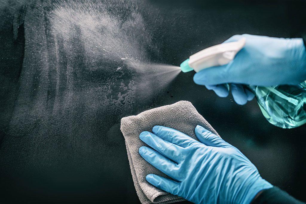 Imagen: Las superficies juegan un papel importante en la transmisión del SARS-CoV-2 (Fotografía cortesía de Shutterstock)