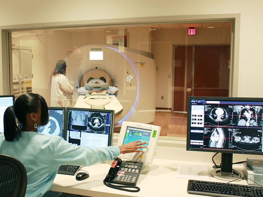 Imagen: Ensayos clínicos para estudiar el uso de radiación de baja dosis para el tratamiento de infecciones por COVID-19 (Fotografía cortesía de los Institutos Nacionales de Salud)