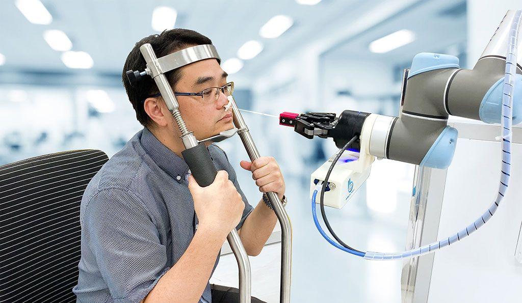 Imagen: El NSR toma muestras nasales de forma autónoma (Fotografía cortesía de Brain Navi Biotechnology)