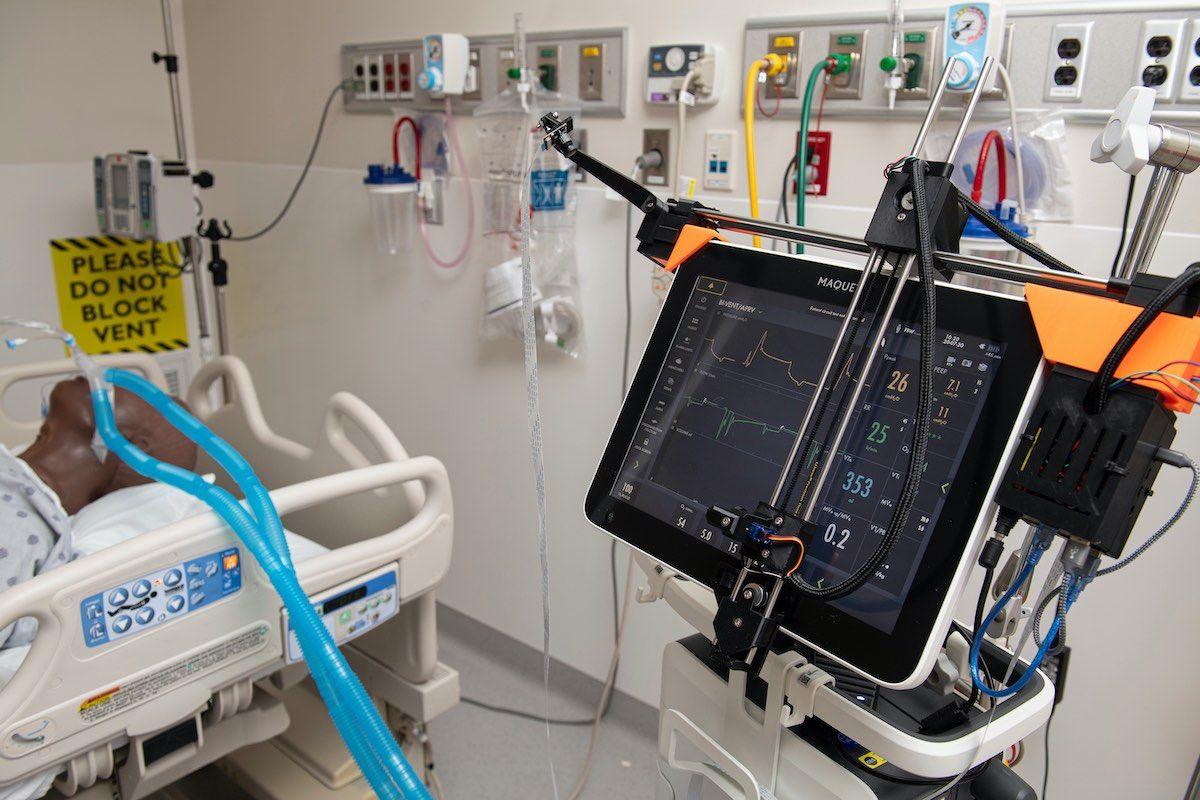 Imagen: Un asistente robótico ajusta los parámetros del ventilador de forma remota (Fotografía cortesía de la JHU)