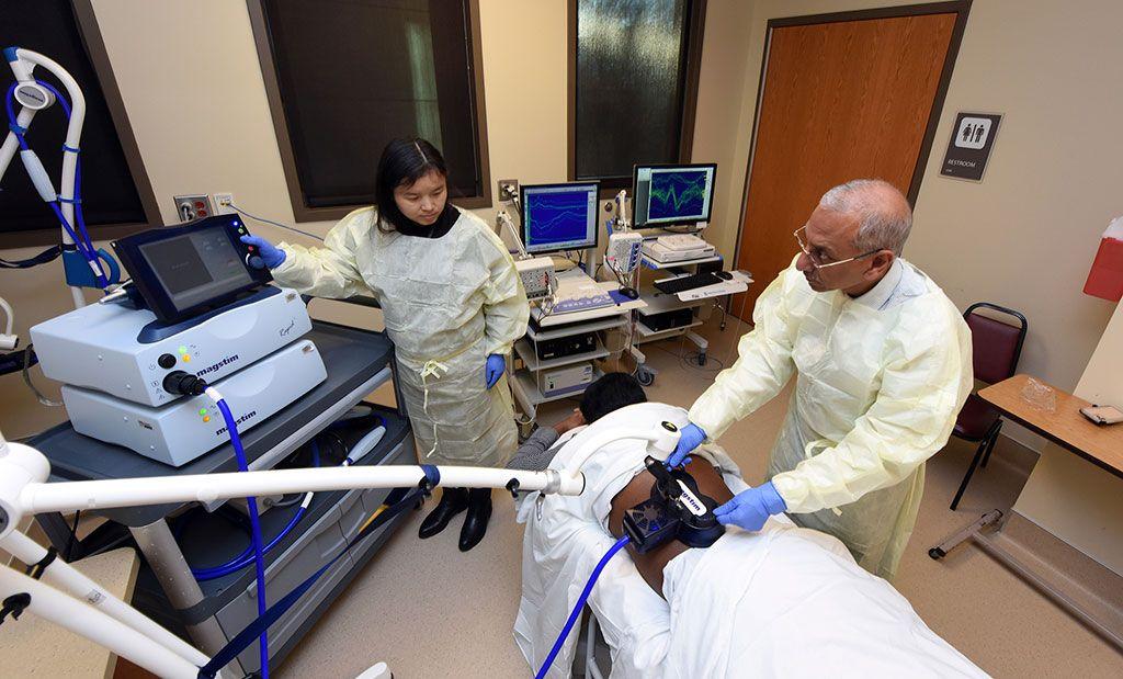 Imagen: El Dr. Satish Rao MD realizando TNT en una paciente con IF (Fotografía cortesía de la Facultad de Medicina de Georgia)