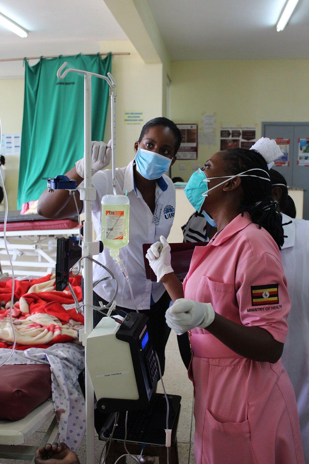 Imagen: La enfermera Winnie Kibirige instala el ECGF-IS en el Hospital Kiruddu en Kampala (Fotografía cortesía de UIRI)