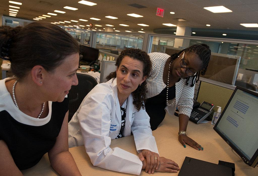 Imagen: La Dra. Negin Hajizadeh y colegas (Fotografía cortesía de los Institutos Feinstein de Investigación Médica)