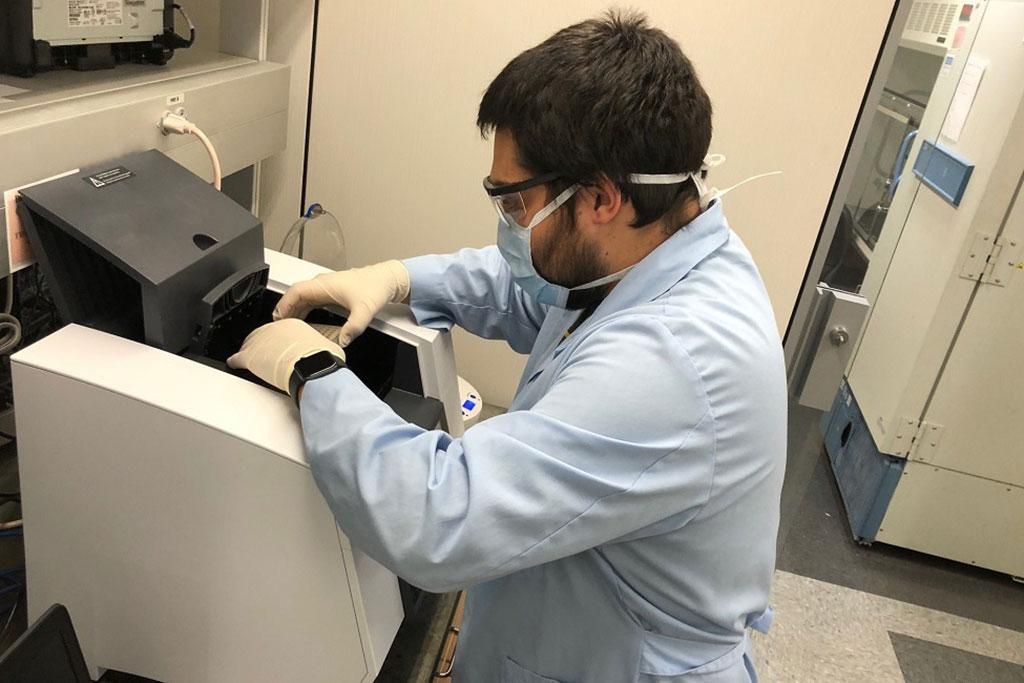 Imagen: Sean Paz, coautor y estudiante de posgrado de la Facultad de Medicina Schmidt de la FAU, carga las pruebas de COVID-19 en una máquina de PCR (reacción en cadena de la polimerasa) (Fotografía cortesía de la FAU).