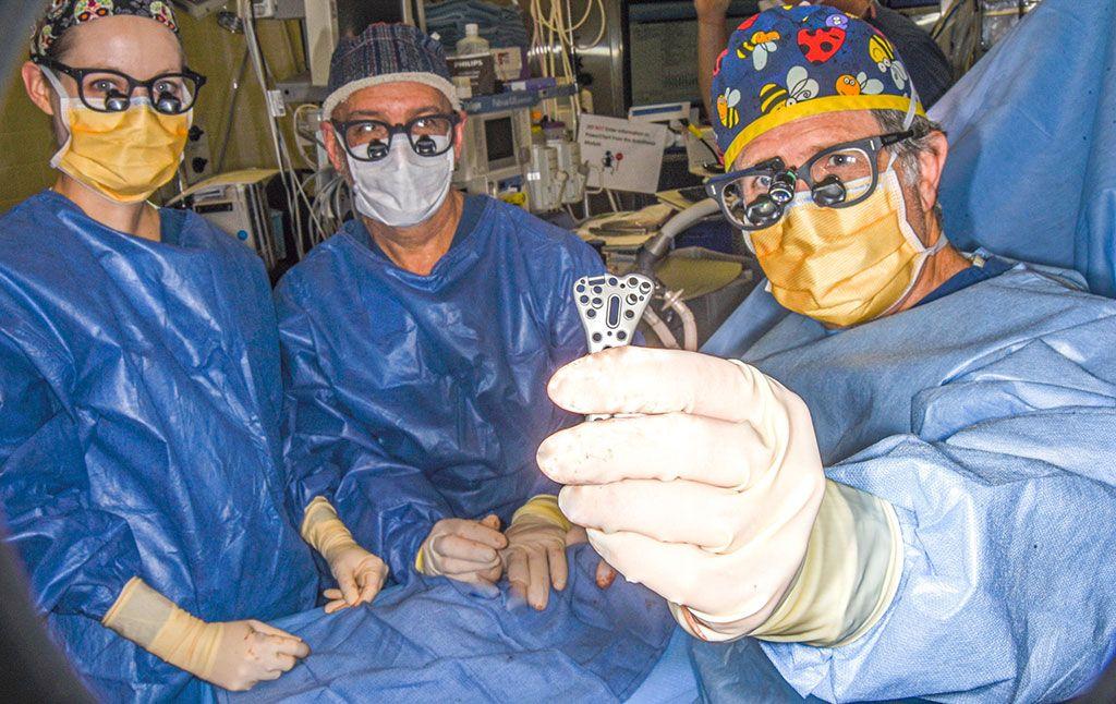 Imagen: El Dr. Dan Zlotolow y el primer implante de la Placa de Acción de Palanca (Fotografía cortesía de McGinley Orthopaedics)