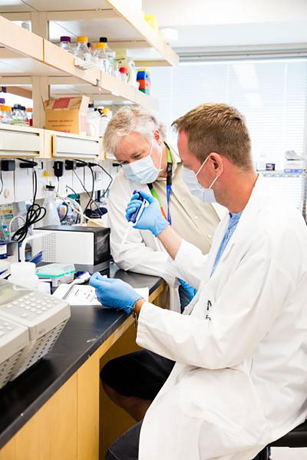 Imagen: A la izquierda, en esta foto de archivo sin fecha, se ve a Jeff Wrana, en el Instituto de Investigación Lunenfeld-Tanenbaum en Toronto, Canadá (Fotografía cortesía de Sinai Health)