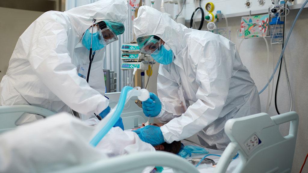 Imagen: Un paciente con COVID-19 grave intubado en la unidad de cuidados intensivos. (Fotografía cortesía de iStock.com/Tempura)