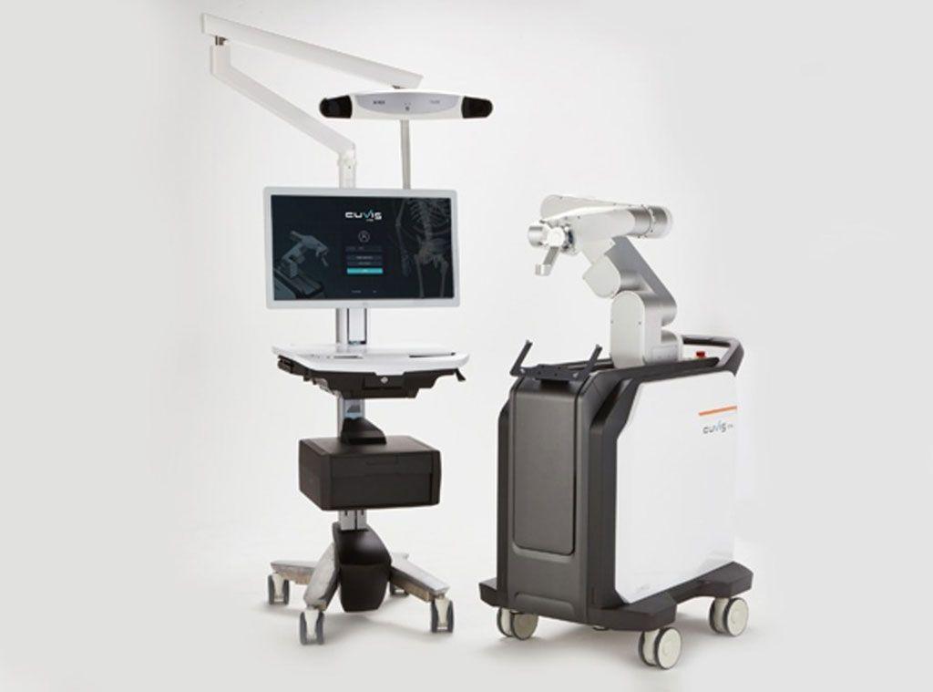 Imagen: La consola principal del robot quirúrgico de columna CUVIS-Spine (I) y el brazo robótico (D) (Fotografía cortesía de Curexo)