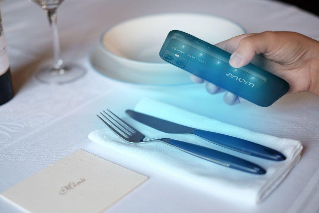 Imagen: Una lámpara UV-C que se conecta a un teléfono inteligente desinfecta las superficies según necesidad (Fotografía cortesía de UV-C Labs)