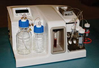 Imagen: El sistema Parsortix utiliza una tecnología de microfluidos patentada en forma de un casete desechable para capturar y luego cosechar las células tumorales circulantes (CTC) de la sangre (Fotografía cortesía de ANGLE plc).