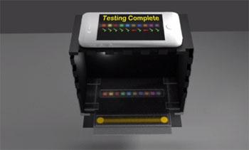 Imagen: La caja negra es parte de un sistema de análisis experimental de orina destinado a habilitar una cámara del teléfono inteligente para capturar vídeo que analiza con exactitud los cambios de color en una tira reactiva de papel estándar para detectar las condiciones de interés médico (Fotografía cortesía de la Universidad de Stanford).