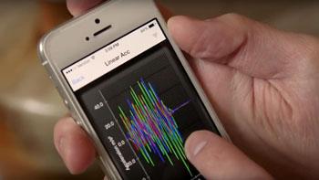 Imagen: Se ha aplicado la tecnología de teléfonos inteligentes para evaluar el estrés físico experimentado por las muestras biológicas durante el tránsito en el sistema de transporte de tubo neumático de un hospital (Fotografía cortesía del Sistema de Salud de la Universidad de Virginia).