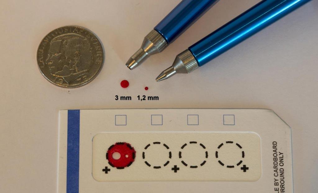 Imagen: Gotas de sangre en papel de filtro, fáciles de almacenar para futuros diagnósticos (Fotografía cortesía de Jan Björkeste, Universidad de Uppsala).
