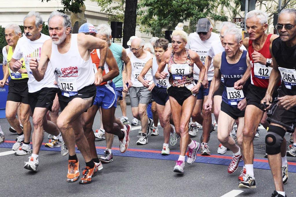 Imagen: La investigación sugiere que una combinación de analitos de sangre de rutina puede predecir la mejora o disminución en la capacidad física de los maratonistas mayores (Fotografía cortesía de Today).
