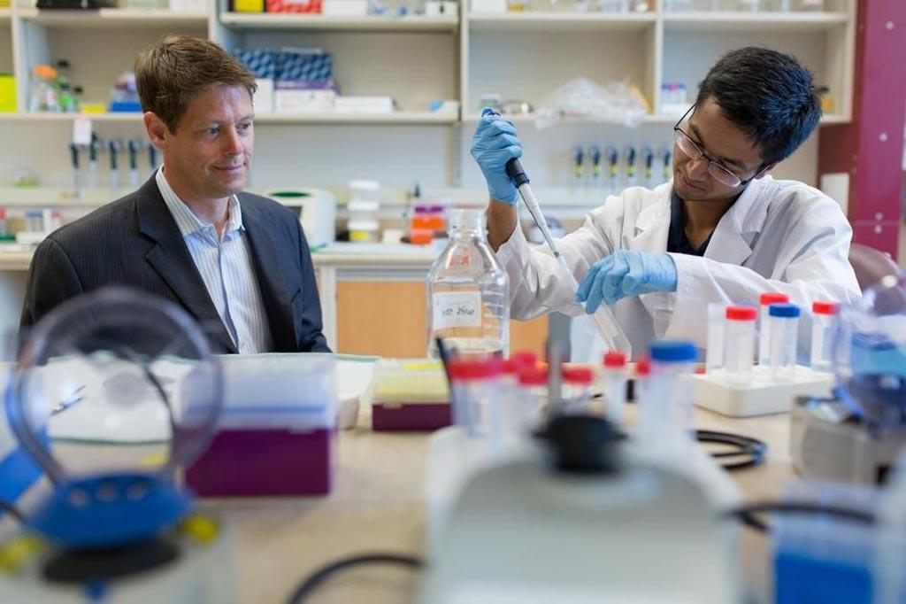 Imagen: El Dr. John Lewis, quien desarrolló la prueba de Puntuación Predictiva de Huellas Dactilares de la Vesícula Extracelular (EV-FPS), trabaja con un estudiante de posgrado (Fotografía cortesía de la Universidad de Alberta).