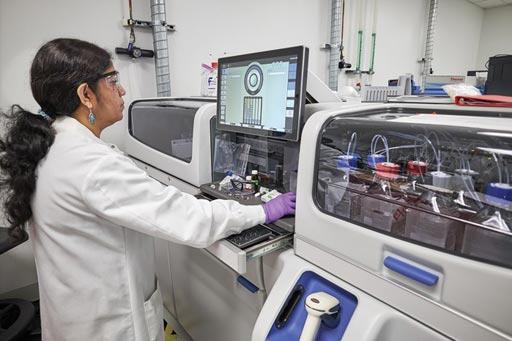Imagen: Un operador se encuentra parado frente a la pantalla de control del analizador clínico Cascadion (Fotografía cortesía de Thermo Fisher Scientific).