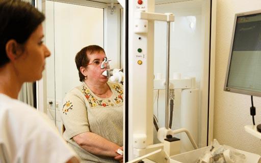 Imagen: Un paciente a quien le practican una prueba de respiración para la enfermedad pulmonar obstructiva crónica y otras enfermedades pulmonares (Fotografía cortesía del Profesor Malcolm Kohler, MD).
