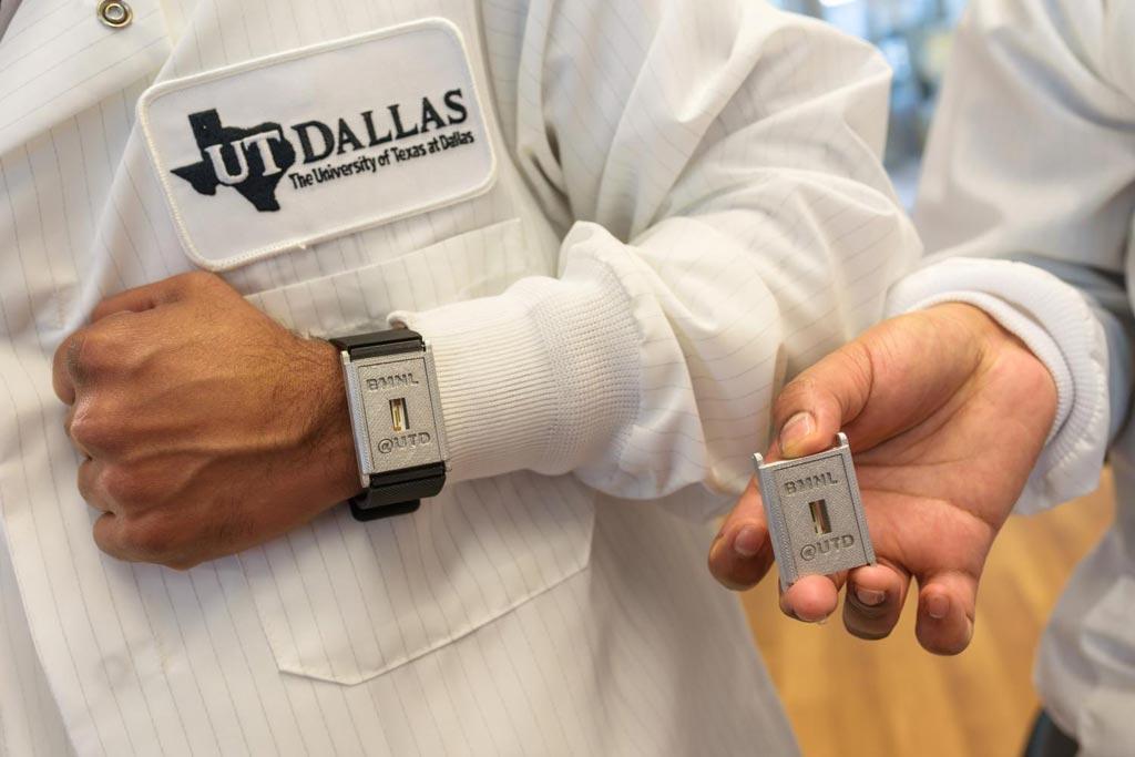 Imagen: El biosensor diagnóstico portátil puede detectar tres compuestos interconectadas, relacionados con la diabetes: el cortisol, la glucosa y la interleuquina-6, en el sudor transpirado por hasta una semana sin pérdida de la integridad de la señal (Fotografía cortesía de la Universidad de Texas en Dallas).