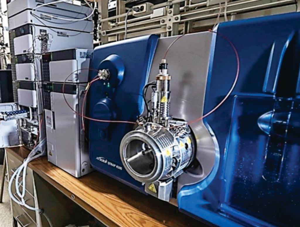 Imagen: Un espectrómetro de masas en tándem/cromatografía líquida (LC-MS/MS) (Fotografía cortesía de la Universidad de Michigan).