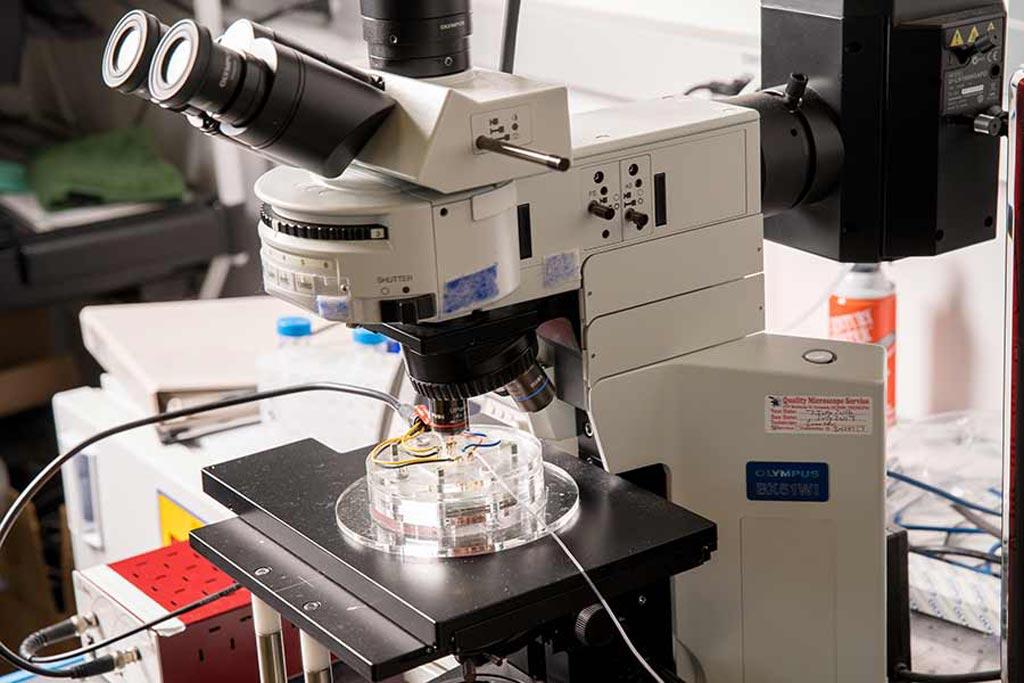 Imagen: Una configuración de laboratorio utilizada para el análisis de exosomas extraídos de muestras de sangre para detectar biomarcadores de cáncer de páncreas (Fotografía cortesía de la Universidad de California, San Diego).
