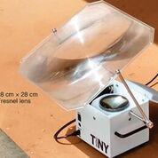 Imagen: Un dispositivo del tamaño de una lonchera para la cuantificación de ácidos nucleicos que puede ser alimentado por la luz solar, una llama o la electricidad, permite el diagnóstico de enfermedades en entornos con suministro de energía no confiable (Fotografía cortesía de la Universidad de Cornell).
