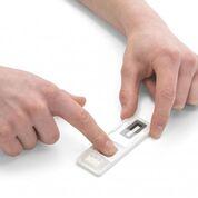 Imagen: Una prueba rápida de flujo lateral para la detección de drogas puede detectar cuatro clases de drogas en los rastros de sudor encontrados en las huellas dactilares de individuos vivos y fallecidos (Fotografía cortesía de Intelligent Fingerprinting).