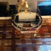 Imagen: Una impresora de inyección de tinta coloca una tinta de nanopartículas de oro construyendo un lote de biosensores que podrían detectar una proteína del cáncer de mama en la sangre (Fotografía cortesía de Colleen E. Krause, PhD).