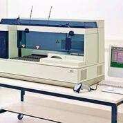 Imagen: El nefelómetro BN II es un analizador nefelométrico confiable y fácil de usar que ofrece una amplia gama de análisis de proteínas (Fotografía cortesía de Siemens Healthcare).