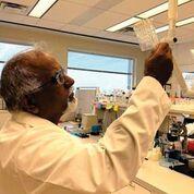 Imagen: El Dr. Krishnan Chittur, PhD, director tecnológico y cofundador de GeneCapture, sostiene el prototipo del cartucho de prueba de infección rápida (Fotografía cortesía de GeneCapture).