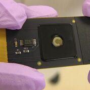 Imagen: Un primer plano del dispositivo CRISPR-Chip (Fotografía cortesía del Instituto de Posgrado Keck).