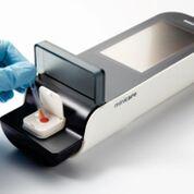 """Imagen: La plataforma de diagnóstico manual, Minicare I-20, diseñada para detectar múltiples moléculas objetivo en concentraciones muy bajas en una sola muestra de sangre obtenida por """"punción digital"""" y que muestra los resultados en un analizador de mano en cuestión de minutos (Fotografía cortesía de Philips Healthcare)."""