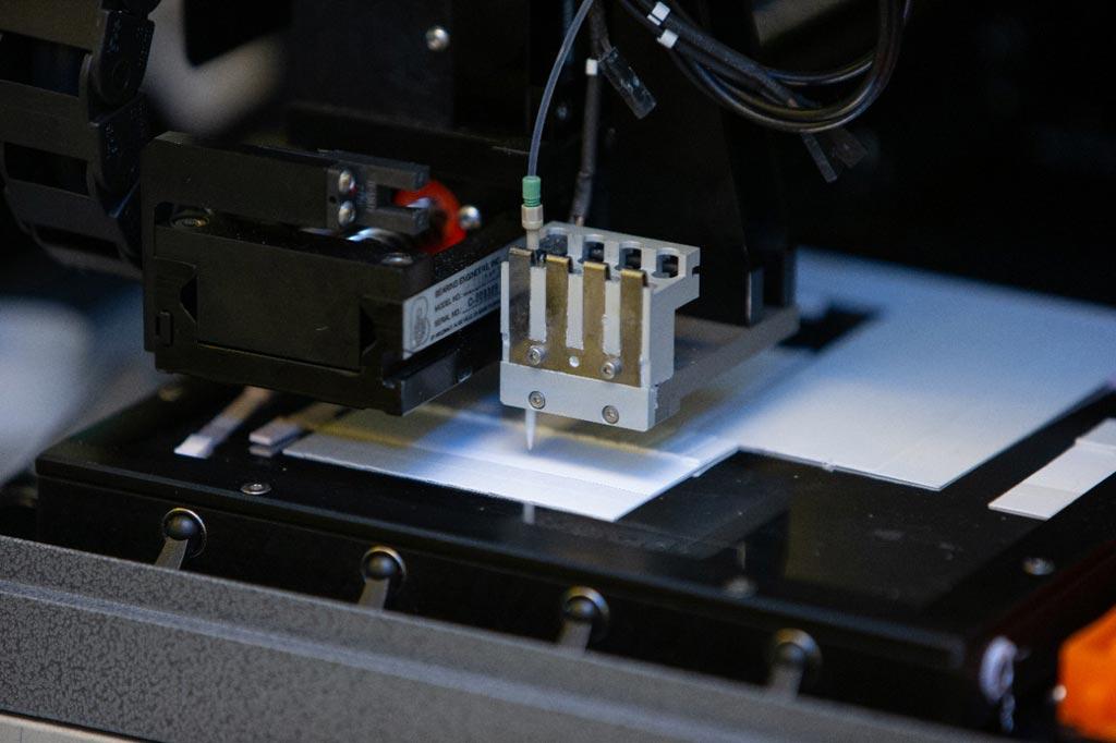 Imagen: Un instrumento utilizado para la fabricación de tiras reactivas para medir biomarcadores de estrés (Fotografía cortesía de Andrew Higley, Universidad de Cincinnati).