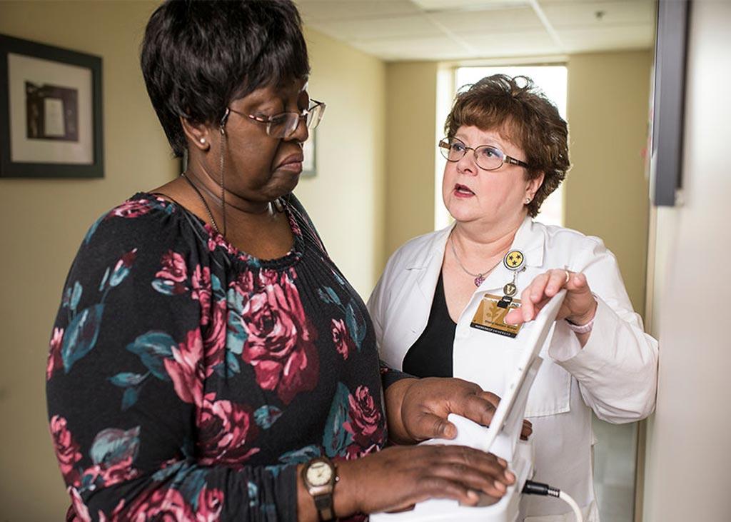 Imagen: La espectroscopía de bioimpedancia (BIS) es mejor que una cinta métrica para evaluar el riesgo de una mujer de desarrollar linfedema después de la cirugía de cáncer de mama, según los resultados provisionales de un estudio (Fotografía cortesía de la facultad de enfermería de la Universidad de Vanderbilt).