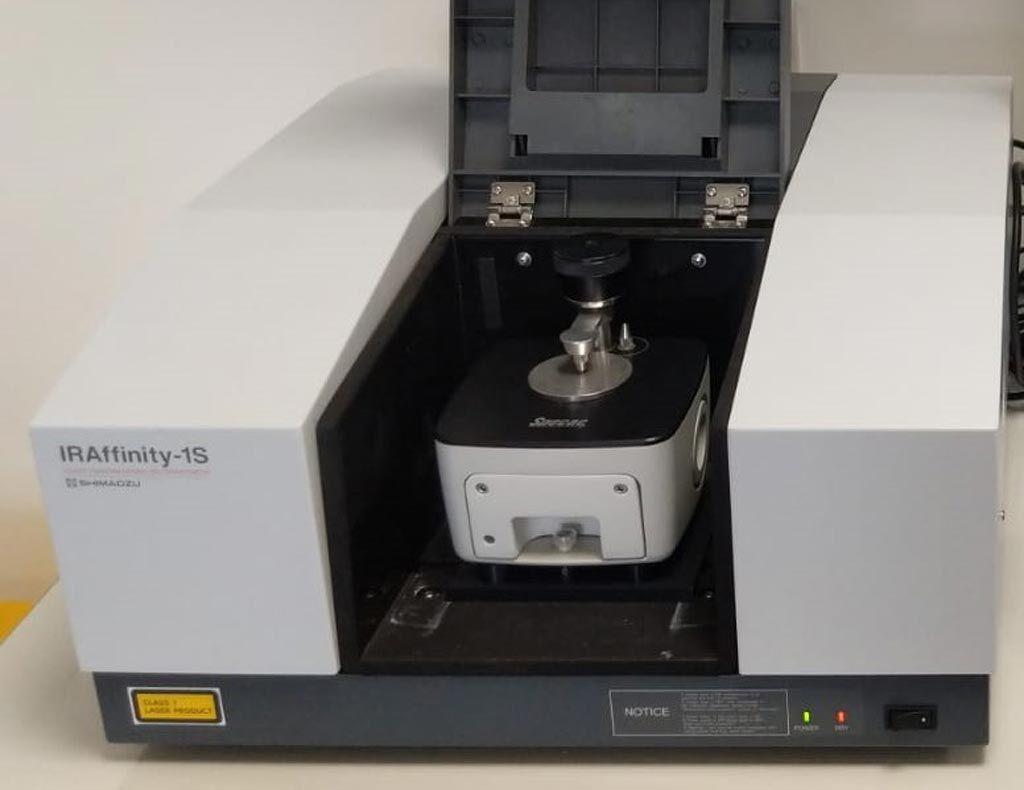 Imagen: Un ejemplo de un espectrómetro FTIR con un accesorio de reflectancia total atenuada (ATR) (Fotografía cortesía de Wikimedia Commons).