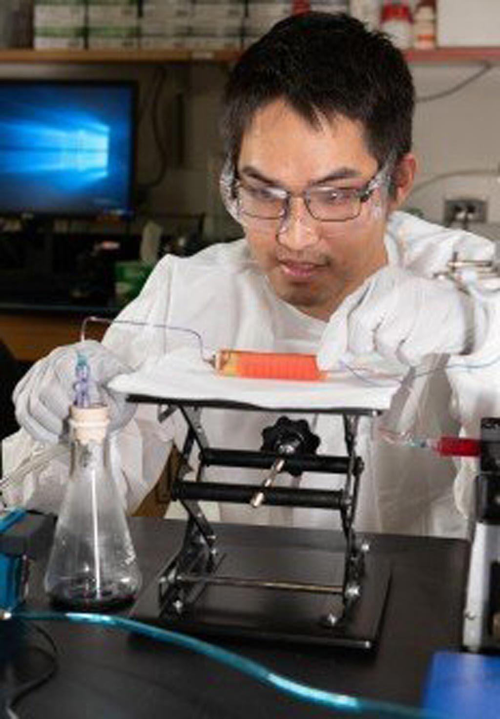 Imagen: Una trampa nueva de células impresa en tres dimensiones captura los glóbulos blancos y elimina los glóbulos rojos de una muestra de sangre total al tiempo que aísla las células tumorales circulantes (CTC) (Fotografía cortesía de Allison Carter, Instituto de Tecnología de Georgia).