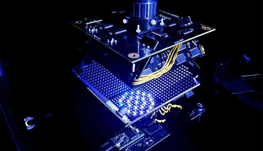Imagen: Se ha desarrollado un tipo nuevo de microscopio que utiliza un tazón con luces LED de varios colores y esquemas de iluminación producidos por el aprendizaje automático (Fotografía cortesía de la Universidad de Duke)