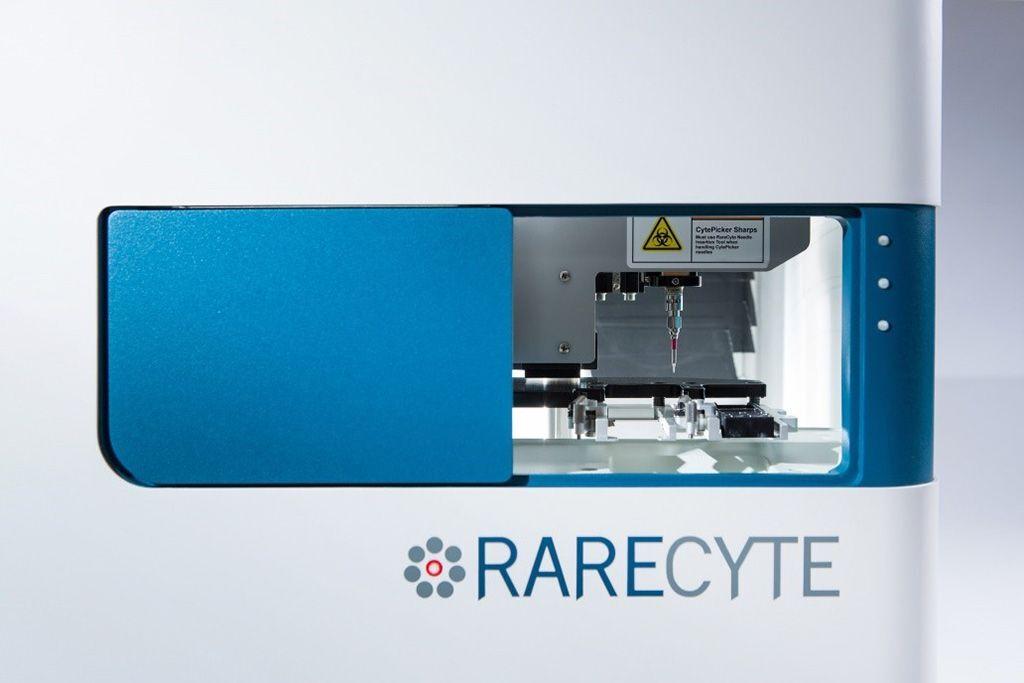 Imagen: Un instrumento CyteFinder es un microscopio de fluorescencia automatizado de seis canales que captura rápidamente imágenes de las láminas y emplea aprendizaje automático para identificar células raras (Fotografía cortesía de RareCyte)