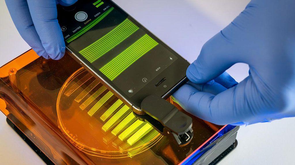 Imagen: La cámara de un teléfono inteligente es un componente importante del nuevo sistema de análisis para la detección de E. coli en muestras de orina (Fotografía cortesía de la Universidad de Bath)