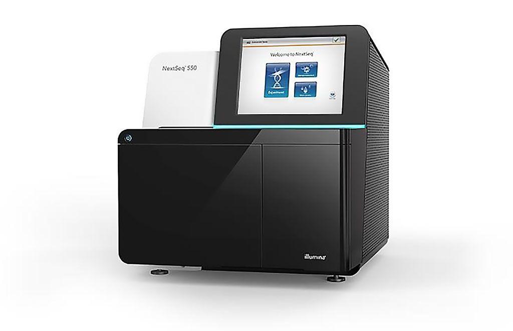 Imagen: El sistema flexible NextSeq 550 ofrece una transición perfecta entre la secuenciación de alto rendimiento y el escaneo de arrays (Fotografía cortesía de Illumina).