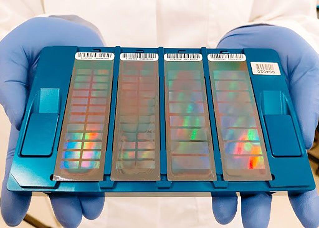 Imagen: Los microarrays de Illumina son un sistema robusto que permite a los investigadores encontrar variantes en polimorfismos de nucleótidos simples (SNP). Los microarrays se escanean posteriormente en el sistema iScan (Fotografía cortesía de LABSERGEN LANGEBIO).