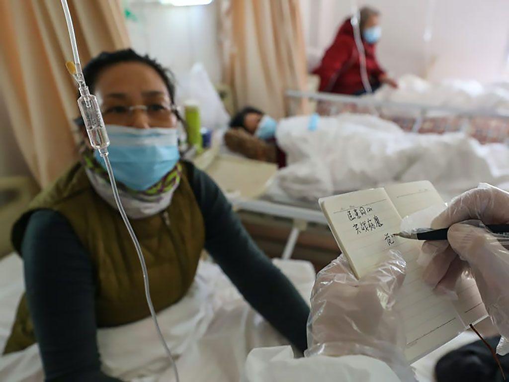 Imagen: Pacientes con COVID-19 en un hospital de Wuhan (Fotografía cortesía de Getty Images)
