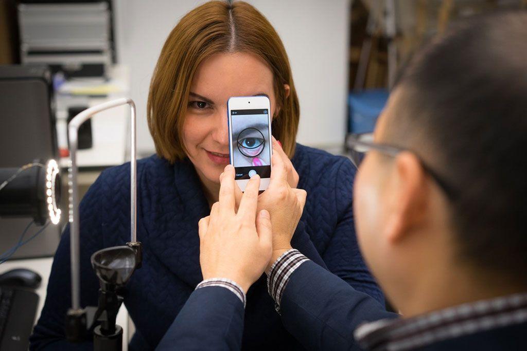 Imagen: Espectros de alta calidad adquiridos por el sistema de exploración de líneas hiperespectrales guiadas por imágenes y la aplicación móvil mHematology. El dispositivo evalúa la hemoglobina sanguínea sin extraer sangre (Fotografía cortesía de la Universidad de Purdue).